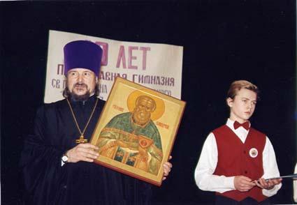 Протоиерей Василий с подаренной ему иконой прав.  Иоанна Кронштадтского.